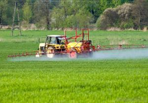 tractor-spraying-fertilizer